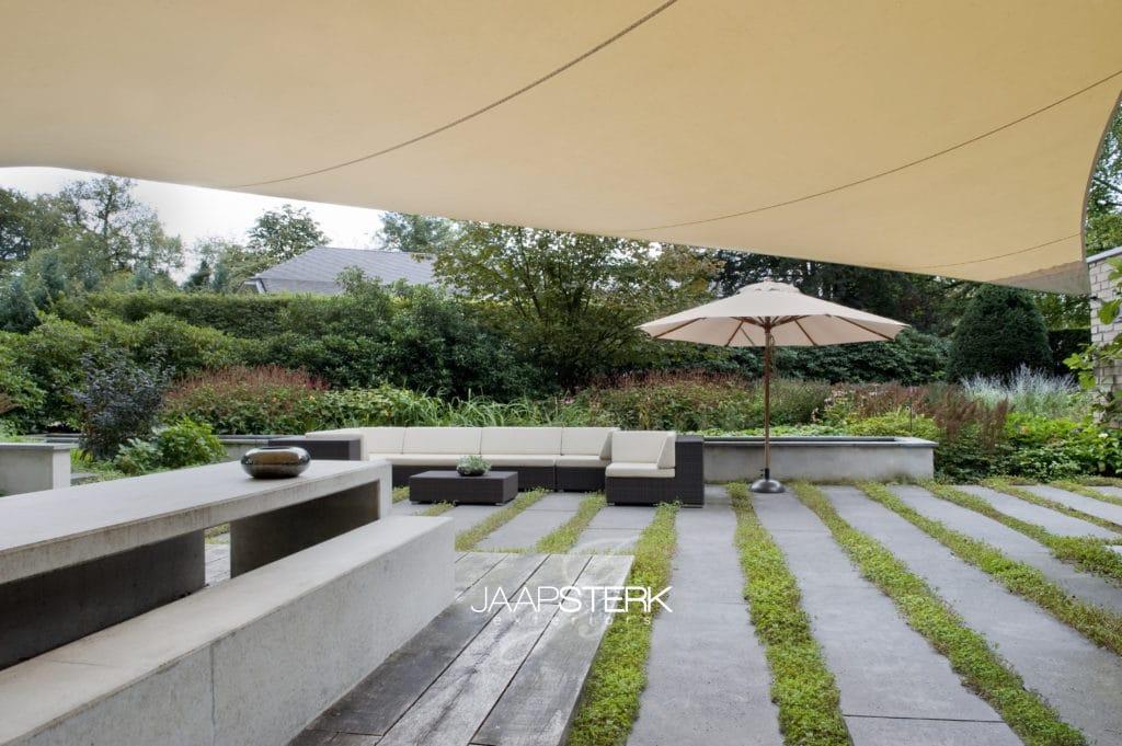 Vacature Tuinarchitect / Ontwerper van particuliere tuinen Beton Tafel met Eikenhouten balken vlonder