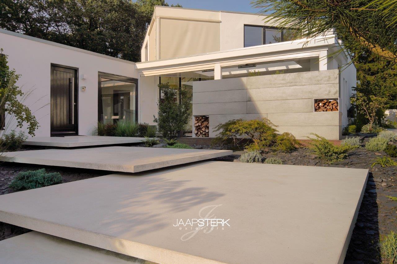 Moderne en strakke tuinarchitectuur betonplaten zwevend