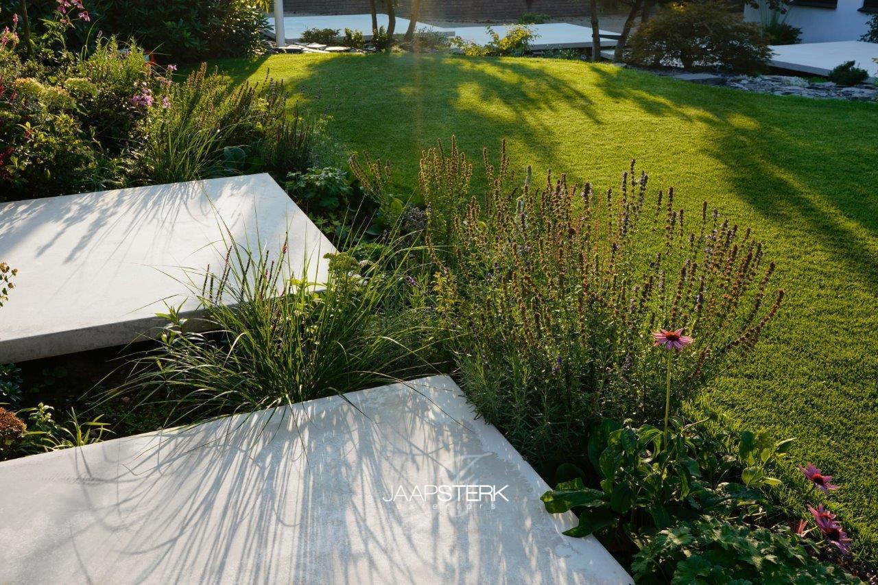 Moderne en strakke tuinarchitectuur betonplaat