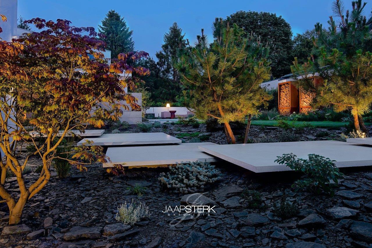 Moderne en strakke tuinarchitectuur leisteen zwevend beton