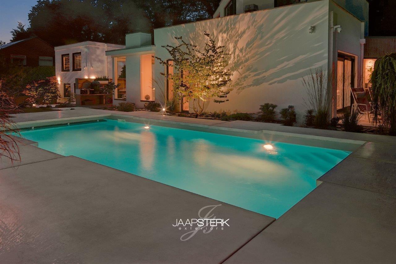 Moderne en strakke tuinarchitectuur zwembad