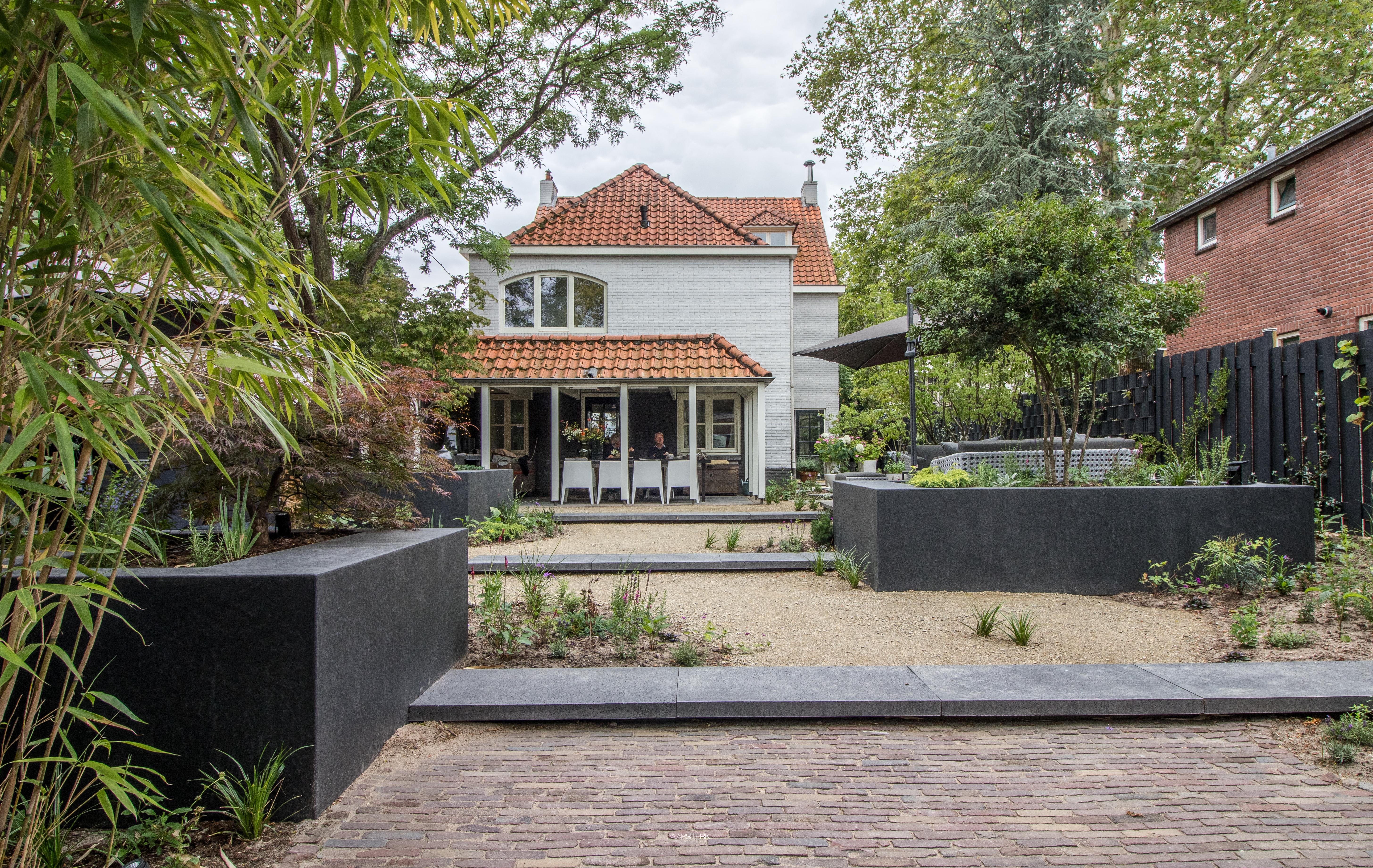 Moderne tuinarchitectuur met boombakken