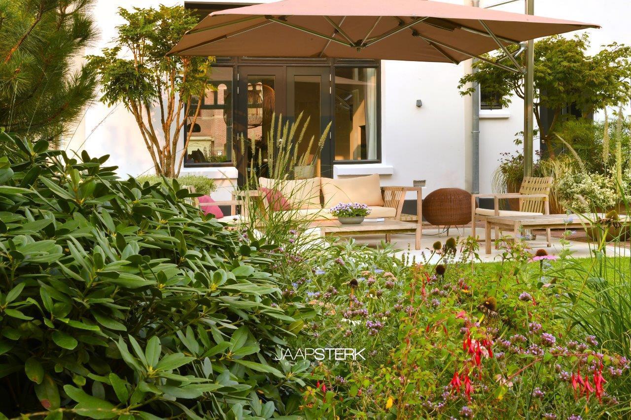 Statige Villatuin met Tuuci parasol en Bover barcelona verlichting 35